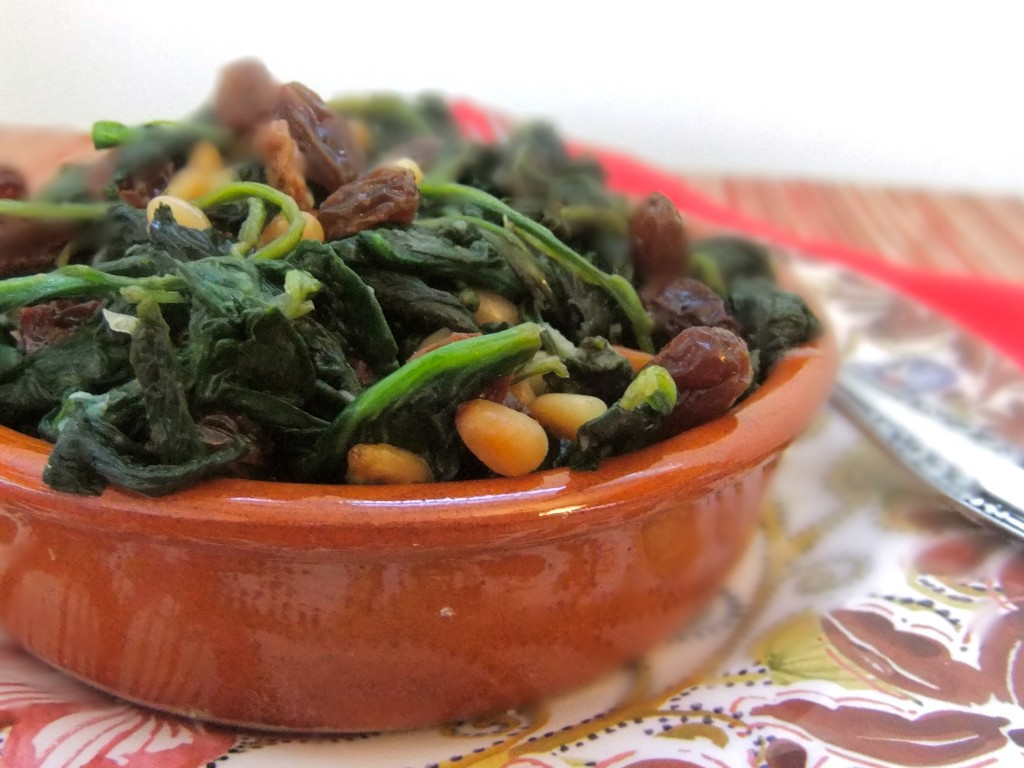 Espinacas a la catalana - Spinach with pine nuts and raisins #Vegan #Spinach #Thanksgiving #sides #vegetarian #kosher #parve