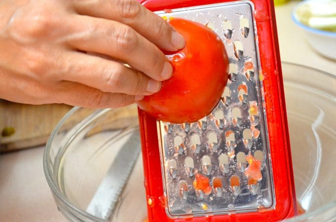 grating tomatoes for pan con tomate