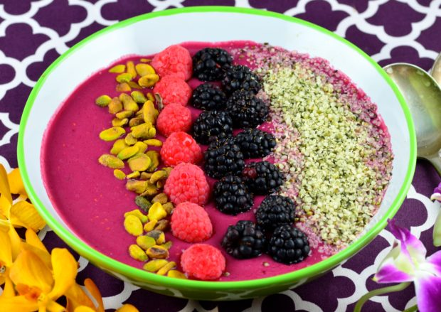 Berry & Beet breakfast Smoothie Bowl #recipe #raspberries #berry #smoothie #breakfast #protein #fruit #Vegan #healthy