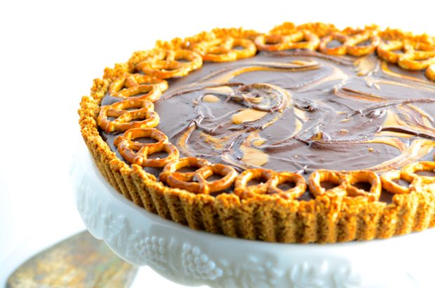Vegan and Gluten Free Chocolate Peanut Butter Tart with crunchy salty Pretzels - Super yummy vegan, kosher and dairy free dessert and the best part is that is super easy to make and it only requires 6 ingredients. The hardest is to wait for it to set!