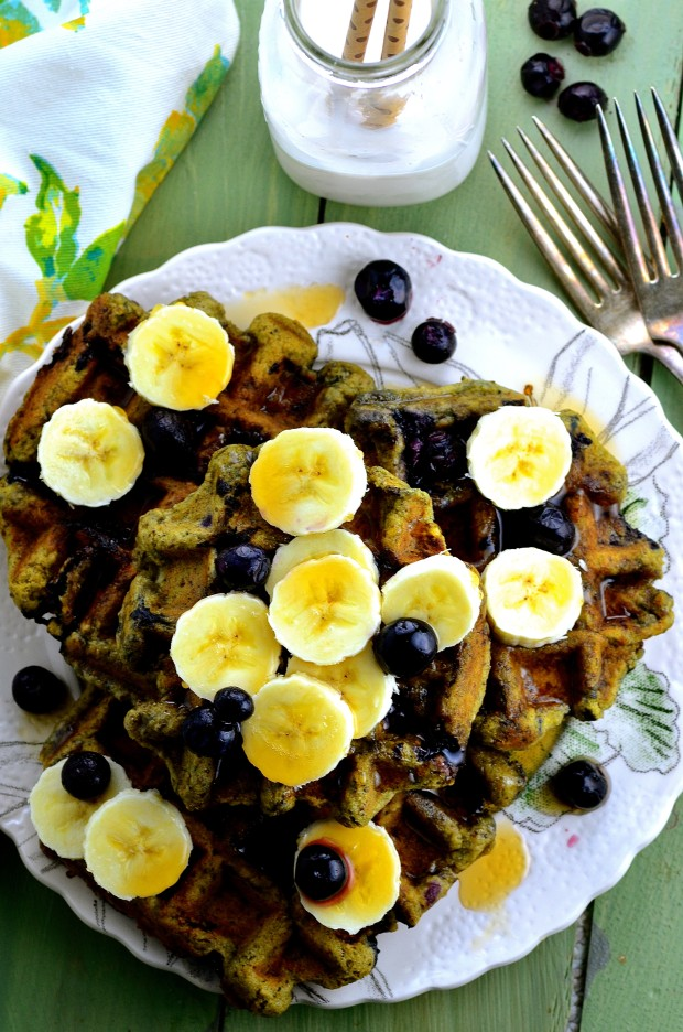 Vegan Blueberry Banana Matcha Waffles, perfect breakfast or brunch to give your day a healthy start