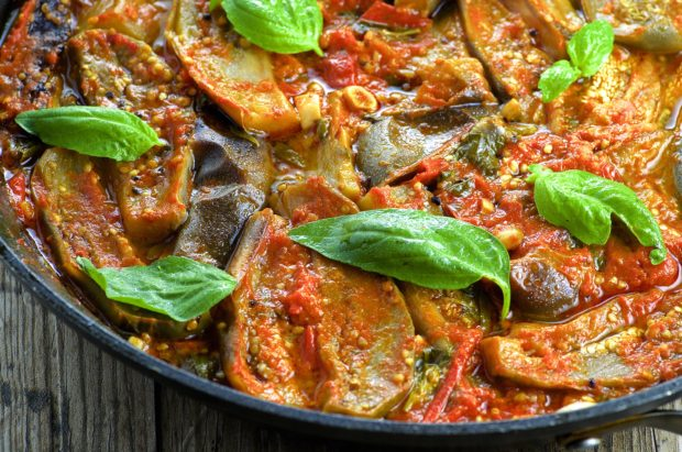 Braised eggplant in Fresh Tomato Sauce - Take advantage of summer vegetable with this simple and tasty 5 ingredient dish