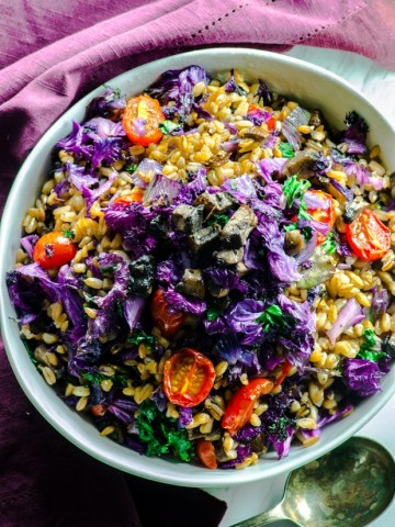 Farro and purple kale bowl - Super healthy vegetables, filling whole grain farro make a delicious vegetarian and vegan main dish.